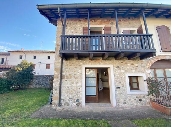 Casa di testa in borgo ristrutturato a Tavagnacco
