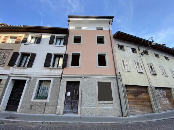 Palazzetto terra-cielo al grezzo in Via Grazzano
